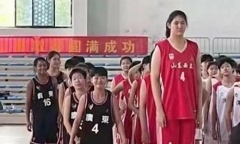 Vận động viên bóng rổ 14 tuổi cao 2,26 m