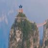 Đài ngắm cảnh chơi vơi trên núi cao ở Trung Quốc