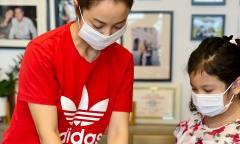 Con gái cùng Jennifer Phạm làm cơm gửi tuyến đầu