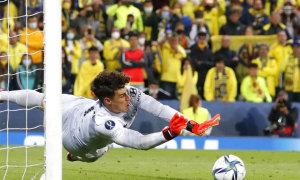 Thủ môn đắt nhất thế giới vào sân chỉ để bắt penalty