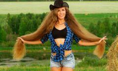 Cô gái có tóc dài 1,3 mét khiến côn trùng bị mắc kẹt