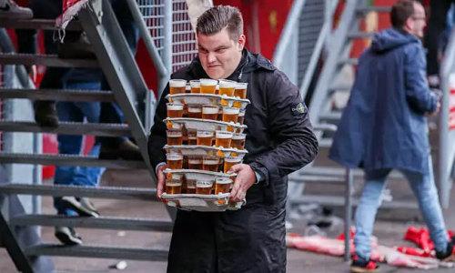 Fan Hà Lan bê 48 cốc bia một lúc