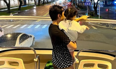 Vợ chồng Cường Đôla đưa con dạo phố bằng xe buýt hai tầng